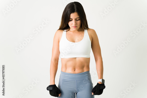 Fotografia No pain no gain. Athlete with strong muscles