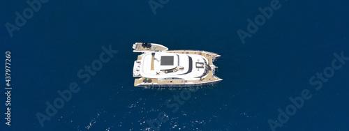 Photo Aerial drone ultra wide photo of beautiful catamaran sail boat sailing in deep b