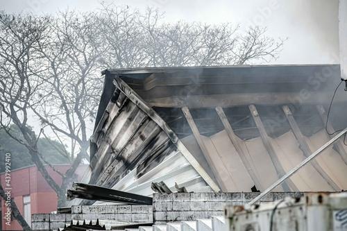 Fotografiet Um incêndio em um supermercado atacadista na zona leste mobiliza o Corpo de Bombeiros ao combate ao incendio