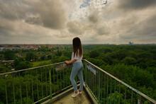 Bild Von Einer Jungen Frau Die Vom Wackelturm Aus Auf Die Stadt Leipzig Hinab Blickt.