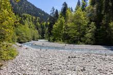 Wunderschöner Gebirgsfluss In Den Alpen Mit Panorama Und Kleinen Wasserfällen