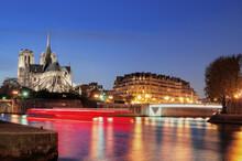 Notre Dame De Paris Avec La Flèche De Nuit Avec Un Filet De Lumière D'un Autre Bateau