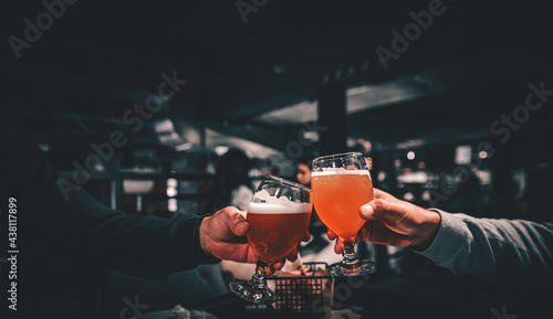 Платно Closeup view of a two glass of beer in hand