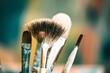 Kreatives Malen mit Pinseln im Atelier