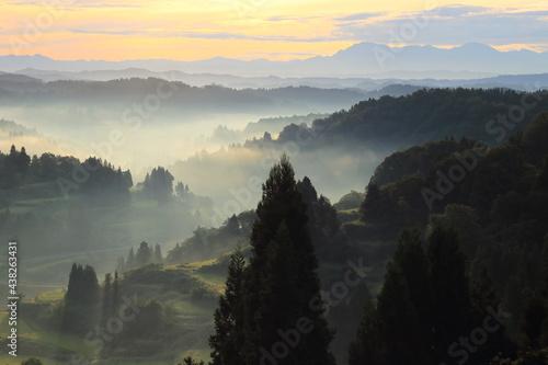 Billede på lærred 新潟県星峠の夜明け山々のシルエット
