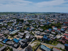 ドローンで空撮した夏の知多半島の住宅地の風景