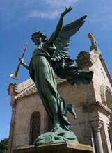 Le Mausolée De L'archange à La Trompette Dans Le Cimetière De Loctudy Au Pays Bigouden En Bretagne Finistère France