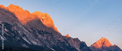 Photo Alpenglow in the Dolomites during sunset - banner