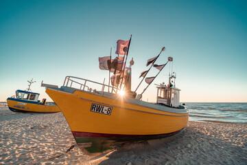 Kuter rybacki o zachodzie słońca