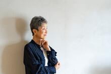 考え事をする日本人シニア女性