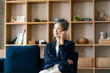 スマートフォンで話す日本人シニア女性