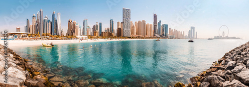 Fotografia Wide panorama of the Persian Gulf with sandy beach and Bluewaters Island with th