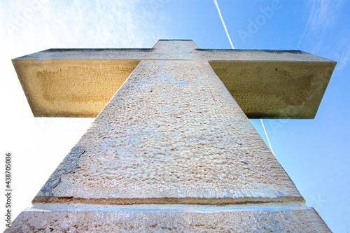 Canvas Print Cruz de piedra con el cielo de fondo. Cruz Cristiana.