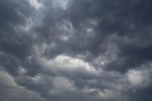 空を覆う黒い雲