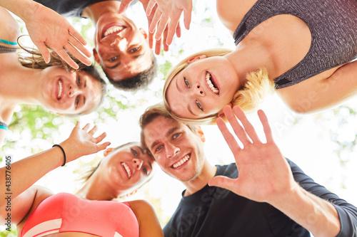 Fototapeta premium Gruppe Teenager als Freunde winken als Gruß
