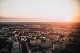 Miejski krajobraz z góry o zachodzie słońca