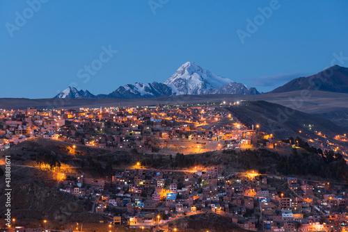 Obraz na płótnie Cidade de La Paz ao entardecer e ao fundo o cume nevado do Huayna Potosi, Cordil