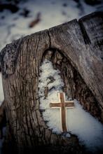 겨울첫눈과 나무십자가