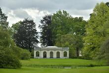 Le Pavillon D'été Et La Végétation Luxuriante Verte Contrastant Avec Le Gris Des Nuages à L'arboretum De Wespelaar En Brabant Flamand