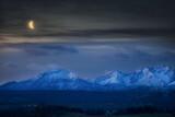 Fototapeta Na sufit - Panorama Tatr Nocą Z Księżycem