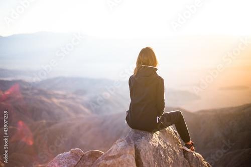 person sitting on rock Fototapet