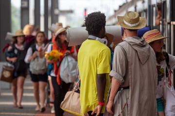 Młodzi ludzie na dworcu kolejowym w Katowicach podczas Światowych Dni Młodzieży