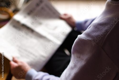 Photo 新聞を読むシニア女性