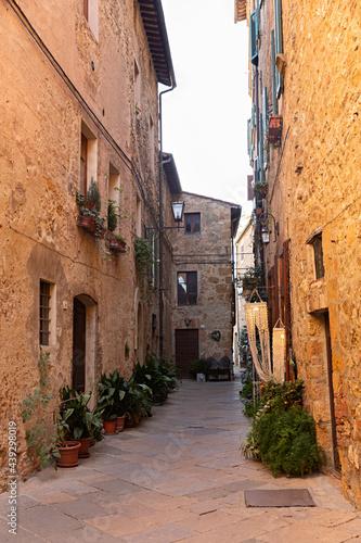 Paisaje urbano con calle en la Toscana, Italia.