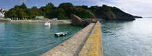 Petit Port De Plaisance Rustique En Vue Panoramique Sur La Rade De Brest En France Avec Ciel Bleu Et Mère Calme