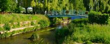 Panoramique La Loisance Traversée Par Un Pont Fleuri, Coule Dans Un Parc De Verdure à Antrain (35560 Val-Couesnon), Département D'Île-et-Vilaine En Région Bretagne, France