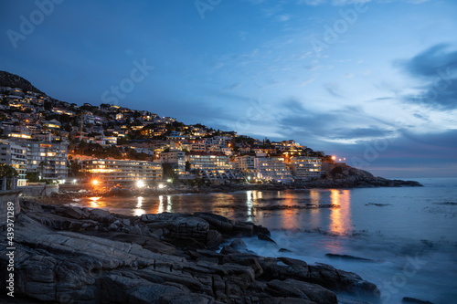 Canvastavla Night shot of sea lagoon at Cape Town with hotel lights and illuminated street