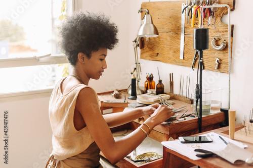Fotografia, Obraz Woman making handmade jewelry in her workshop