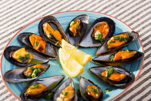 Steamed Clams In Shells With Garlic And Parsley Butter Sauce