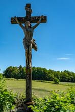 Jésus Sur La Croix Au Bord D'une Route De Campagne