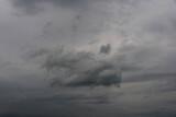 Fototapeta Na sufit - Niebo pokryte szarymi chmurami.