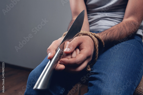 Canvas frees hands from the rope knife