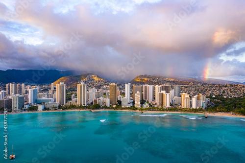 Fotografia Waikiki skyline with a rainstorm and rainbows in the background