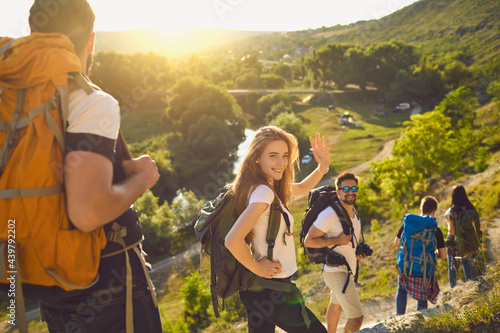 Group of happy backpackers trekking on sunny day Fototapet