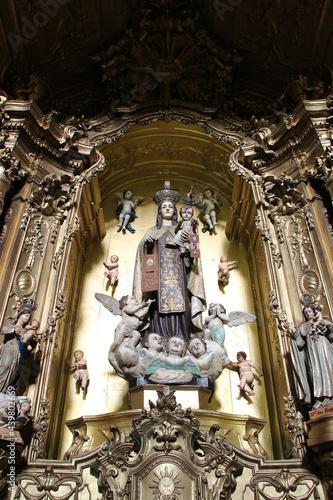 Valokuva baroque altarpiece in a church (carmelitas e carmo) in porto (portugal)