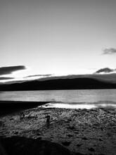 Playa Con Montañas Y Oceano Blanco Y Negro