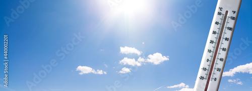 Fotografia Symbolbild steigende Temperaturen - Hitzewelle im Anmarsch - Termometer mit stei