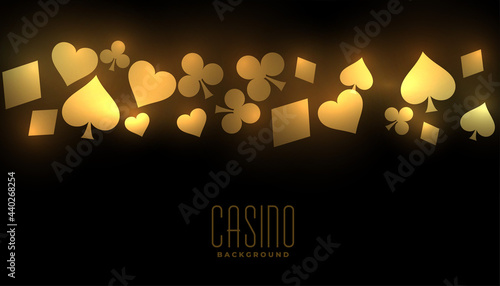 Foto golden casino background with card suit symbols