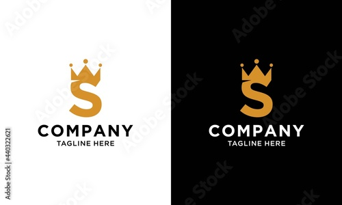Foto Letter S royal crown and luxury design template elements