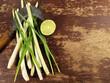 Zitronengras mit Limette auf Holz