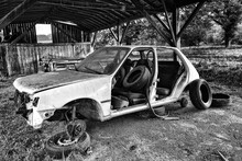 épave Automobile Et Vieux Pneus