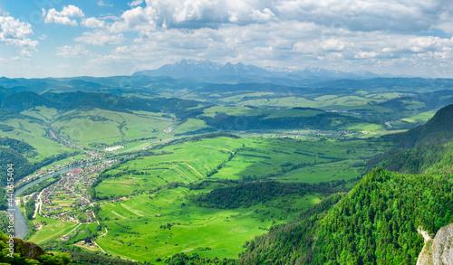 Widok z Trzech Koron na Sromowce i Tatry