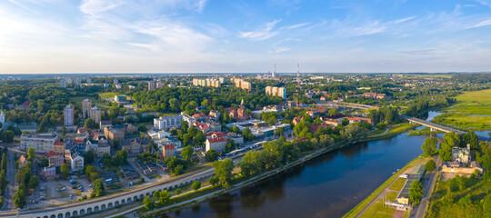 Panoramiczny widok z lotu ptaka na wschodnią część miasta Gorzów Wielkopolski wzdłuż rzeki Warta. W tle most lubuski, filharmonia gorzowska, osiedle Widok.