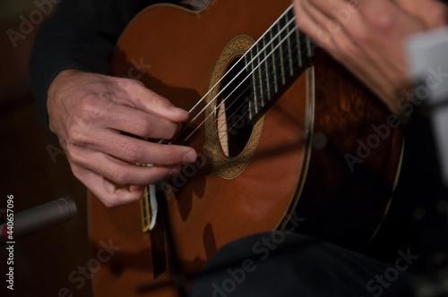 dłonie gitarzysty podczas gry