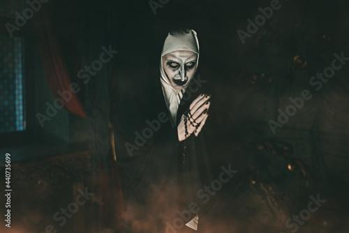 Fotografia praying evil nun
