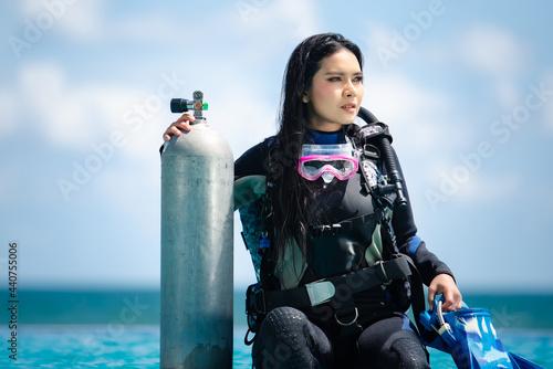 Fotografiet asian woman in scuba diving gear.